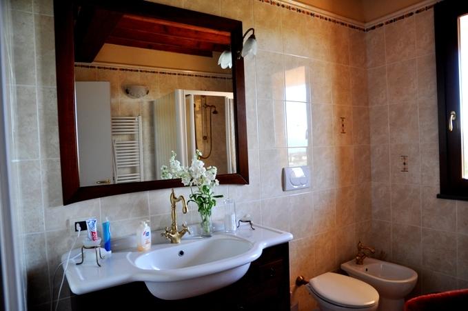Grande casa su tre piani con vista su peccioli for Piani di casa con suite per gli ospiti